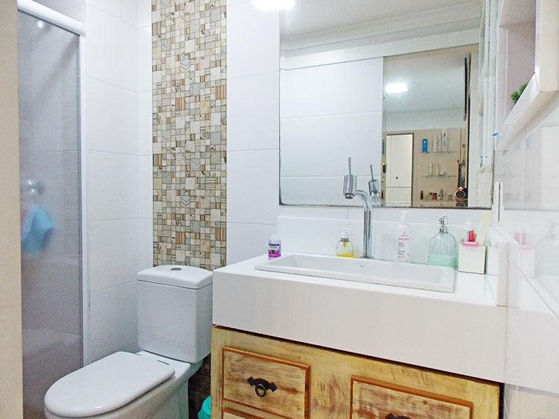 Ipiranga, Apartamento Padrão-Banheiro social com piso de cerâmica, teto com moldura de gesso, gabinete, pia sobreposta e box de vidro.