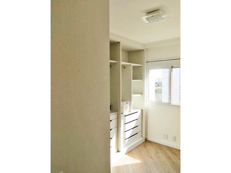 Ipiranga, Apartamento Padrão-3º dormitório com piso de laminado, teto com moldura de gesso e armários planejados.