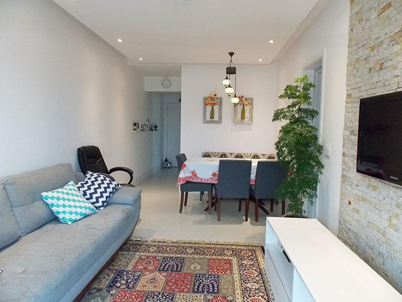 Sacomã, Apartamento Padrão-Sala retangular com piso de porcelanato, teto com sanca de gesso, iluminação embutida e acesso a varanda.