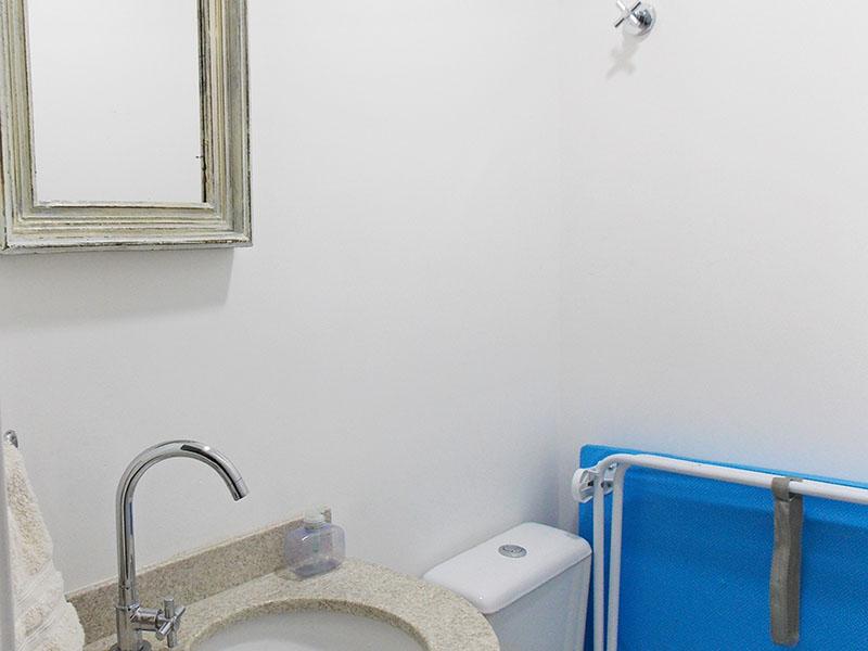 Sacomã, Apartamento Padrão-Lavabo com piso de cerâmica e pia de granito.