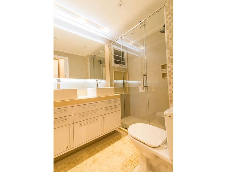 Ipiranga, Apartamento Padrão-Banheiro da primeira suite com piso de porcelanato, iluminação embutida, gabinete, pia sobreposta e box de vidro.