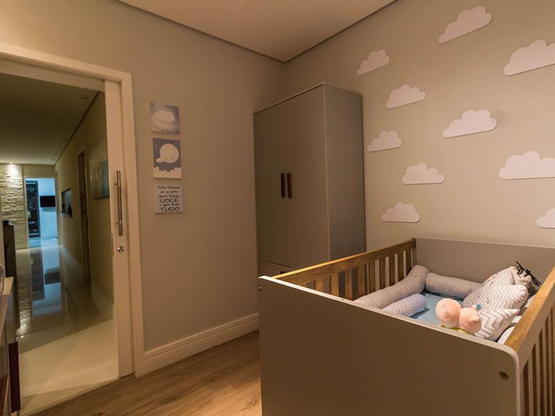 Ipiranga, Apartamento Padrão-2º suite com piso laminado, teto com sanca e armários planejados.