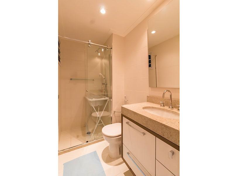 Ipiranga, Apartamento Padrão-Banheiro da segunda suite com piso de porcelanato, teto com moldura de gesso, iluminação embutida, gabinete, pia de granito e box de vidro.