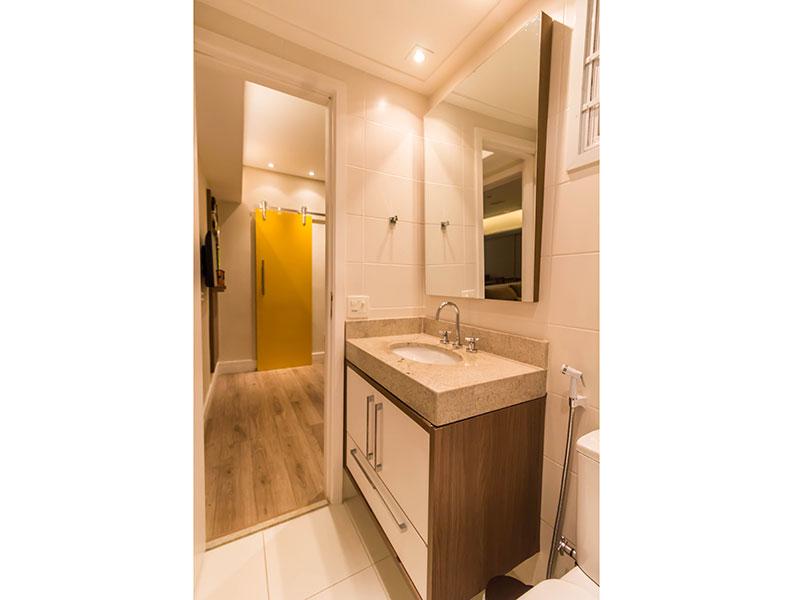 Ipiranga, Apartamento Padrão-Banheiro da terceira suite com piso de porcelanato, teto com moldura de gesso, iluminação embutida, gabinete e pia de granito.