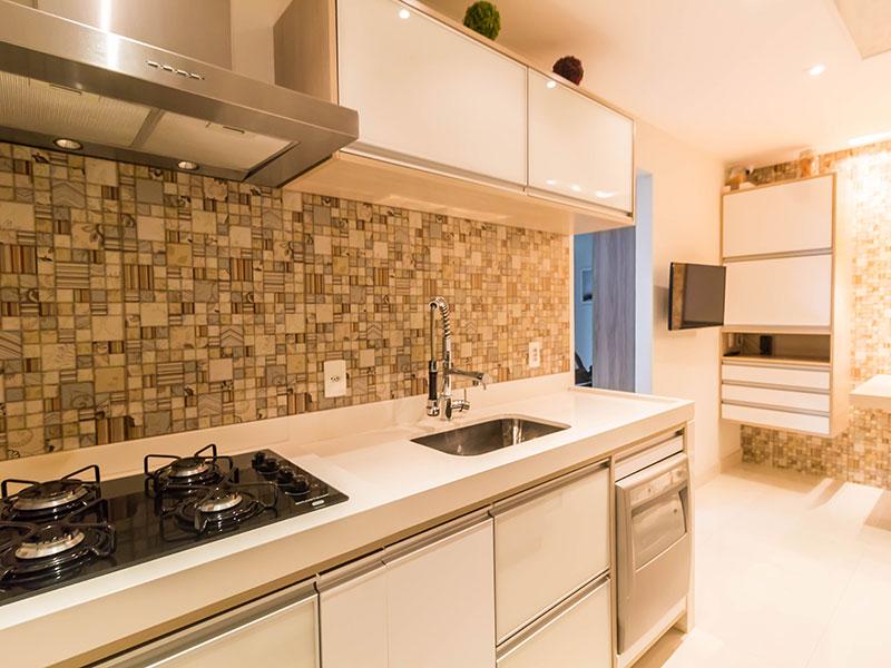 Ipiranga, Apartamento Padrão-Cozinha com piso de porcelanato, iluminação embutida, armários planejados e pia de mármore.
