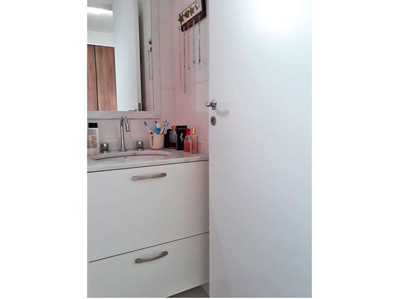 Ipiranga, Apartamento Padrão-Banheiro da suíte com piso de cerâmica, pia com gabinete e box de vidro.