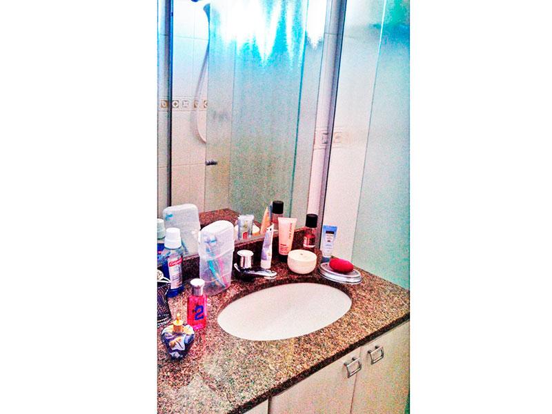 Sacomã, Apartamento Padrão-Banheiro da suíte com piso de cerâmica, pia de granito, gabinete e box de vidro.
