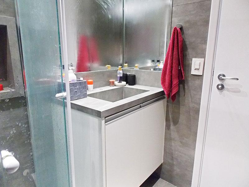 Sacomã, Apartamento Padrão-Banheiro social com piso de porcelanato, gabinete, pia de granito e box de vidro.
