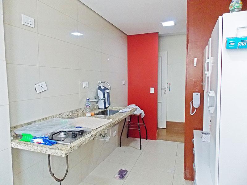 Sacomã, Apartamento Padrão-Cozinha com piso de porcelanato, teto com sanca, pia de granito e integrado com a área de serviço.