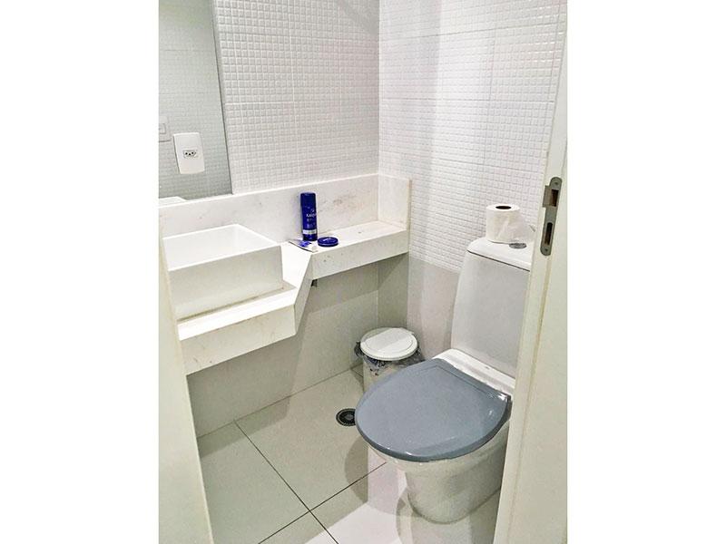 Jabaquara, Apartamento Padrão-Lavabo com piso de porcelanato e pia sobreposta.