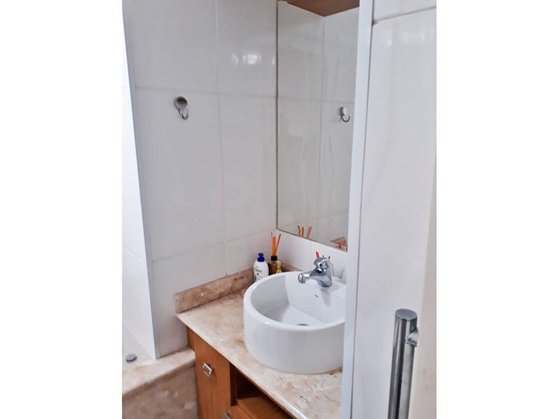 Jabaquara, Apartamento Padrão-Banheiro da suite com piso cerâmica, teto com moldura de gesso, gabinete, pia sobreposta e banheira de hidromassagem.