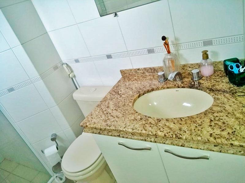 Jabaquara, Apartamento Padrão-Banheiro de cerâmica, gabinete, pia de granito e box de vidro.