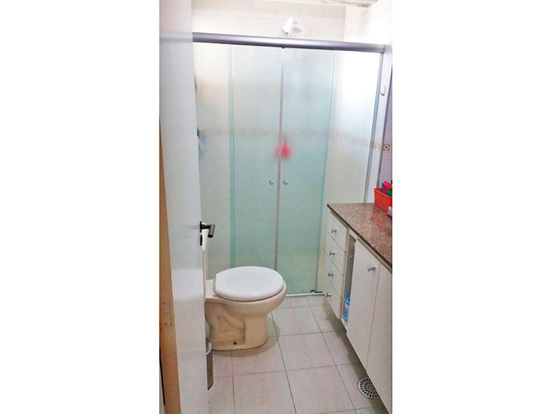 Sacomã, Apartamento Padrão-Banheiro da suite com piso de cerâmica, gabinete, pia de granito e box.