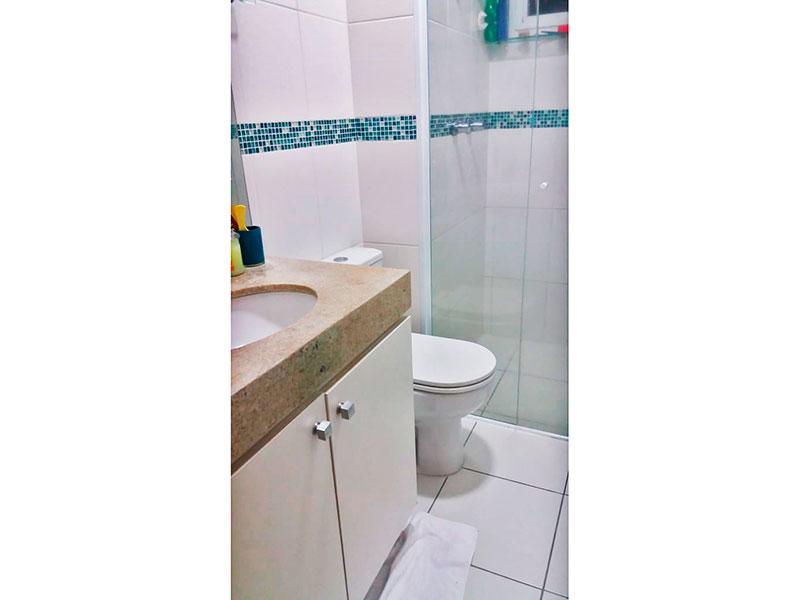 Jabaquara, Apartamento Padrão-Banheiro social com piso de cerâmica, gabinete, pia de granito e box de vidro.