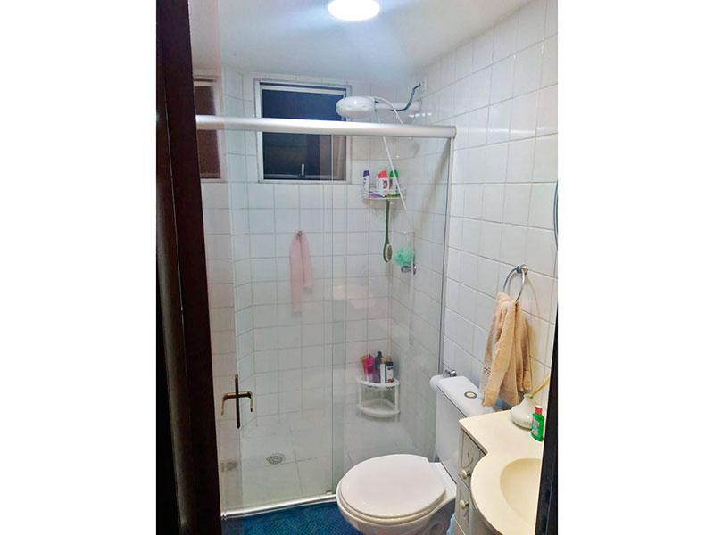 Jabaquara, Apartamento Padrão-Banheiro social com  piso de cerâmica, gabinete, pia sintética e box de vidro.