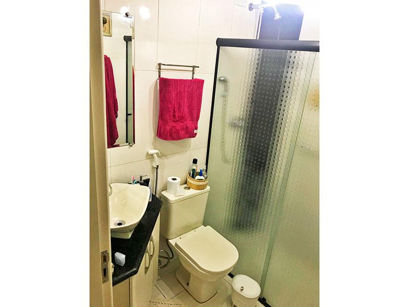 Jabaquara, Apartamento Padrão-Banheiro social com piso e cerâmica, gabinete, pia sobreposta e box de vidro.