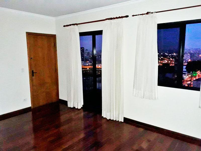 Ipiranga, Apartamento Padrão - Sala com piso de taco, teto com moldura de gesso e acesso a sacada.