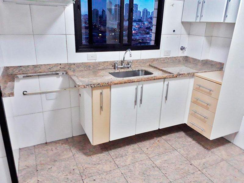 Ipiranga, Apartamento Padrão-Cozinha com piso de cerâmica, teto com moldura de gesso, armários planejados, gabinete e pia de granito.