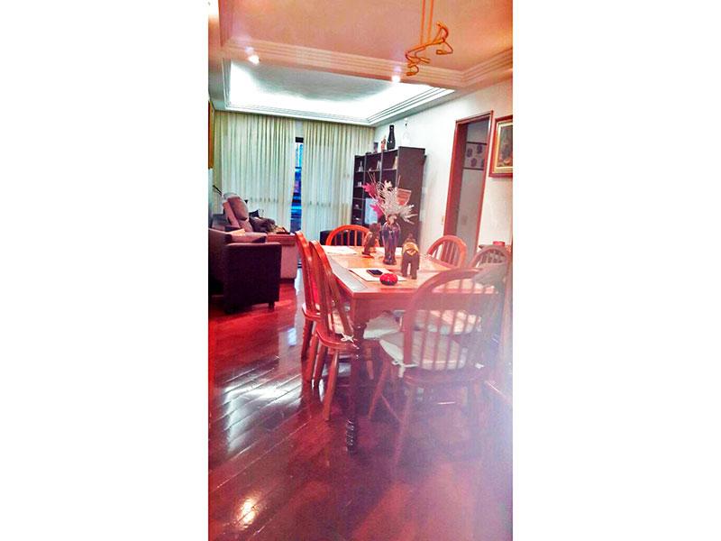 Jabaquara, Apartamento Padrão - Sala com piso de madeira, teto com sanca de gesso, iluminação embutida e acesso a sacada.