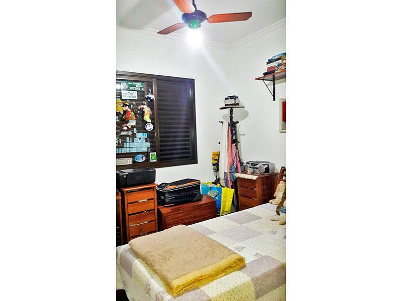 Jabaquara, Apartamento Padrão-1º quarto com piso de madeira e teto com moldura de gesso.
