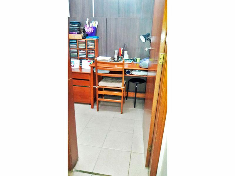 Jabaquara, Apartamento Padrão-Dependência de empregada com piso de cerâmica, teto com moldura de gesso e armários planejados.