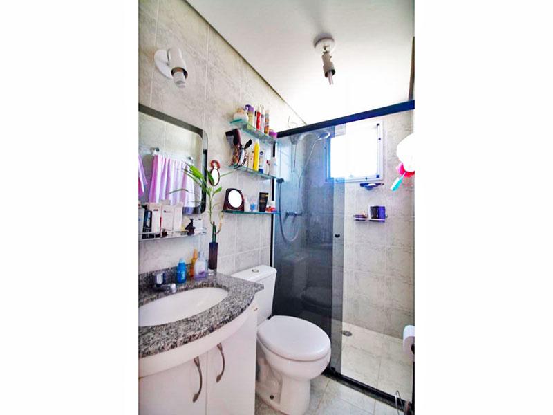 Sacomã, Apartamento Padrão-Banheiro da suíte com piso de cerâmica, teto com sanca, gabinete, pia de granito e box de vidro.