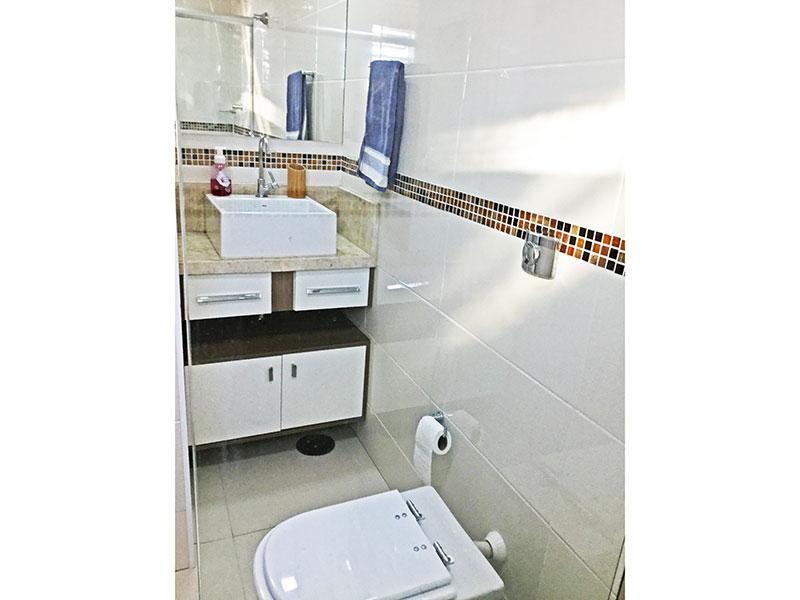 Jabaquara, Apartamento Padrão-Banheiro social com piso de porcelanato, gabinete, pia sobreposta e box de vidro.