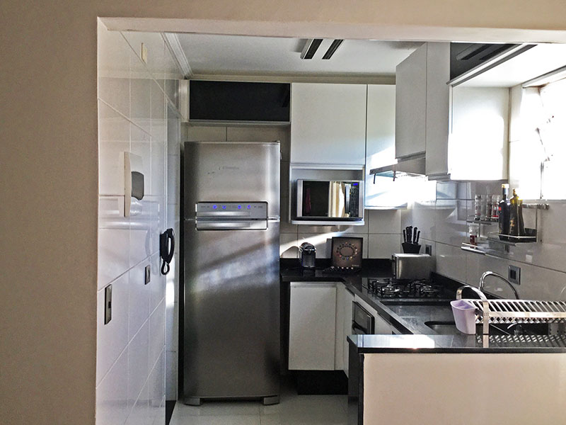 Jabaquara, Apartamento Padrão-Cozinha com piso de porcelanato, teto com moldura de gesso, armários planejados, gabinete e pia de granito.
