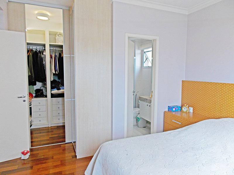 Jabaquara, Apartamento Padrão-Suíte com piso de tacão, teto com moldura de gesso, armários planejados e closet.