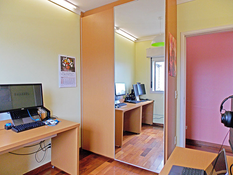 Jabaquara, Apartamento Padrão-3º quarto com piso de tacão, teto com moldura de gesso e armários planejados.