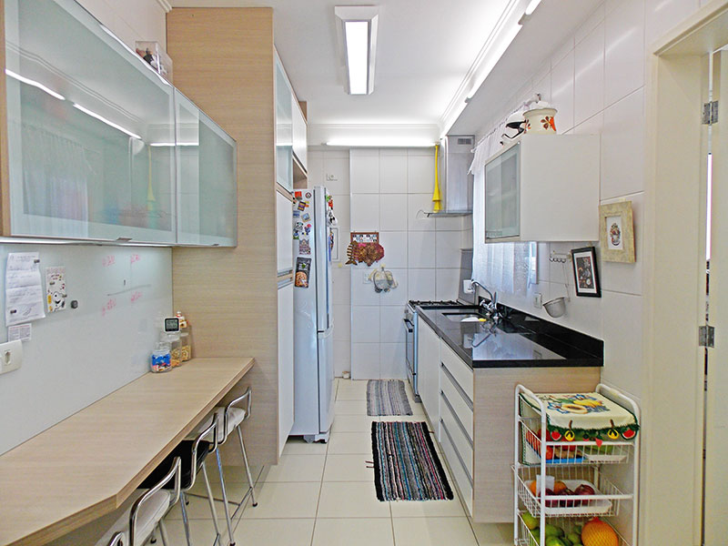 Jabaquara, Apartamento Padrão-Cozinha com piso de cerâmica, teto com moldura de gesso, armários planejados, gabinete e pia de granito.