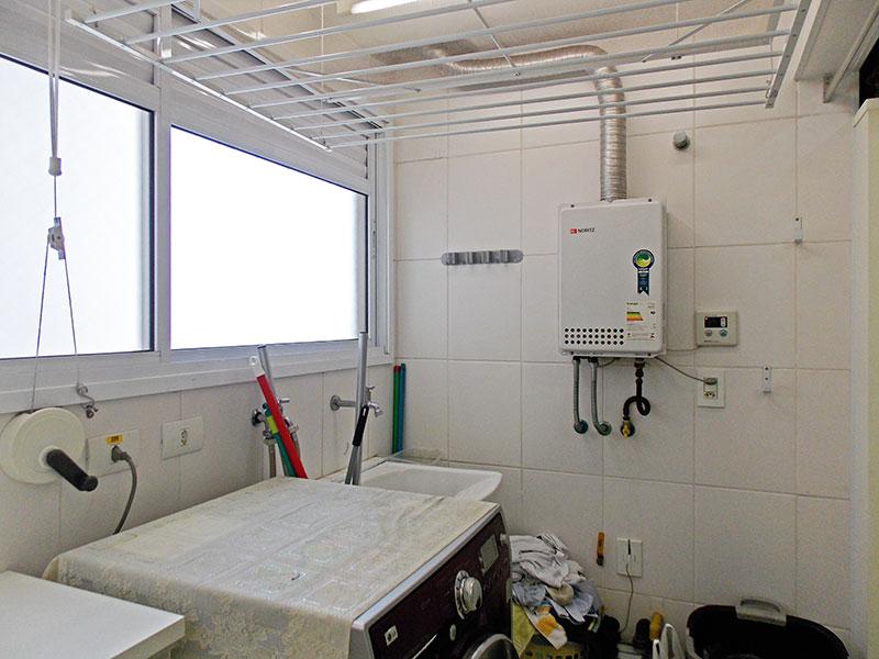 Jabaquara, Apartamento Padrão-Área de serviço (ampliada com banheiro de serviço e dispensa), com piso de cerâmica, teto com moldura de gesso, armários planejados e aquecedor de passagem.