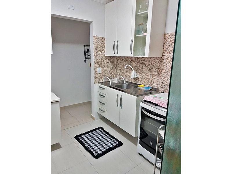 Jabaquara, Apartamento Padrão-Cozinha com piso de cerâmica, teto com moldura de gesso, armários planejados, gabinete, pia de aço inox e acesso a área de serviço.