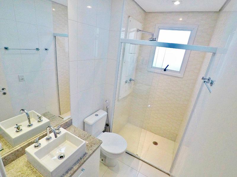 Ipiranga, Apartamento Padrão-Banheiro da suite com piso de cerâmica, teto com sanca, iluminação embutida, gabinete, pia sobreposta e box de vidro.