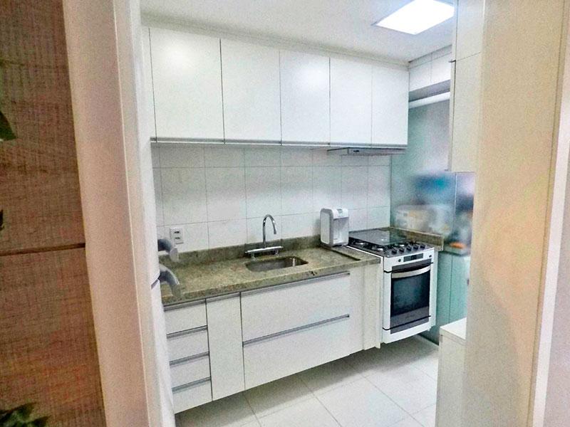 Ipiranga, Apartamento Padrão-Cozinha com piso de cerâmica, teto com sanca, armários planejados, gabinete, pia de granito e acesso a área de serviço.