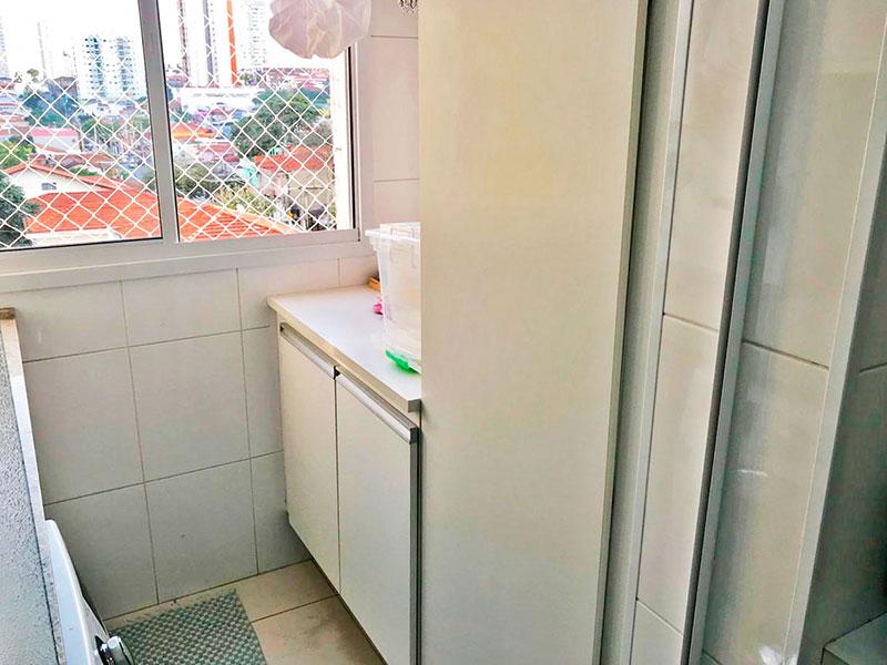 Ipiranga, Apartamento Padrão-Área de serviço com piso de cerâmica, armários planejados, gabinete, pia de granito e aquecedor de passagem.