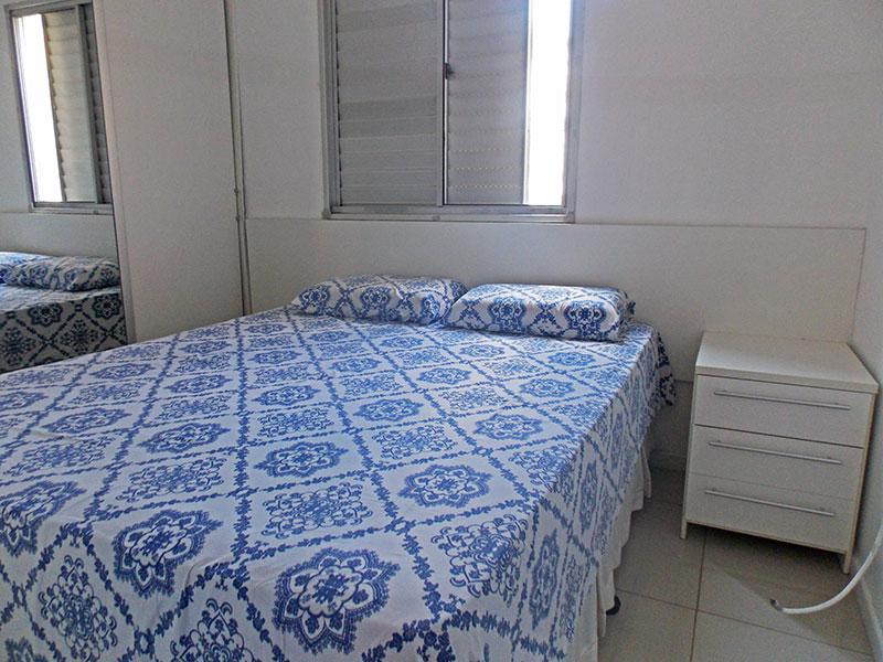 Sacomã, Apartamento Padrão-Suíte com piso de porcelanato, teto com moldura de gesso e armários planejados.