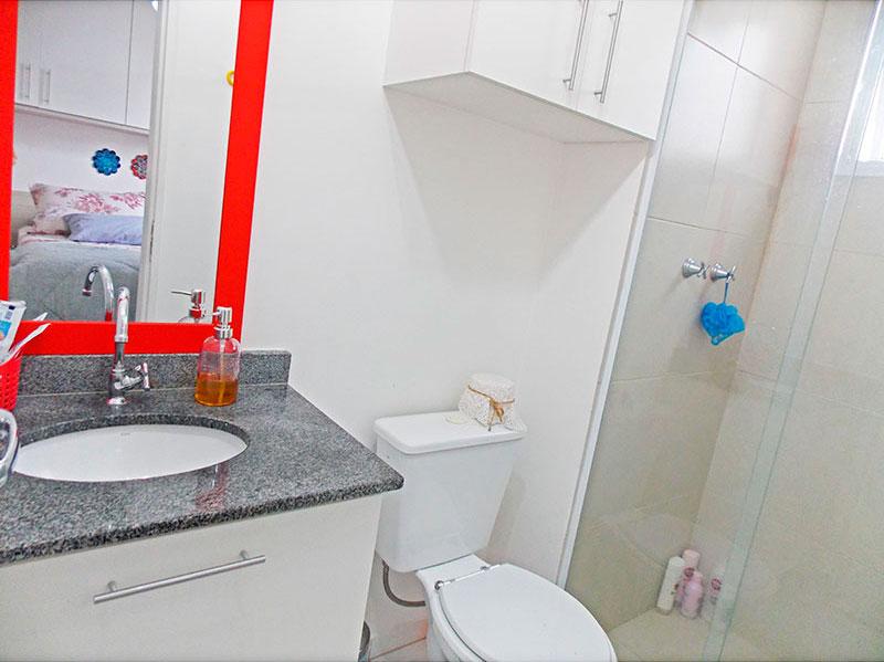 Sacomã, Apartamento Padrão-Banheiro da suíte com piso de cerâmica, gabinete, pia de granito e box de vidro.