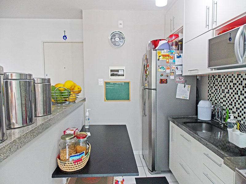 Sacomã, Apartamento Padrão-Cozinha americana com piso de cerâmica, armários planejados, gabinete, pia de granito e acesso a área de serviço.