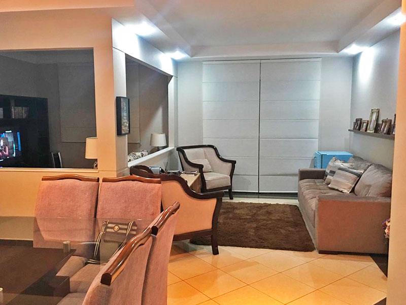 Ipiranga, Apartamento Padrão - Sala irregular (3º quarto com piso de taco ampliado com a sala) com piso de cerâmica, teto com sanca de gesso, iluminação embutida e acesso a varanda.