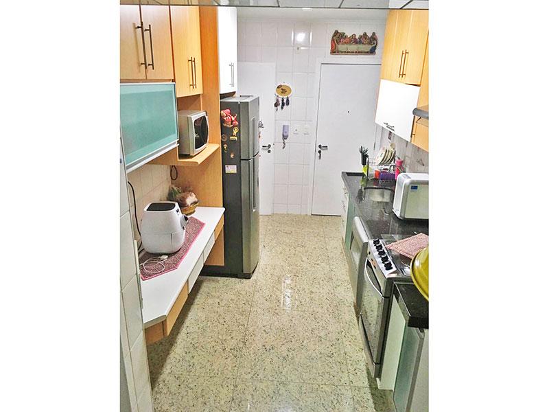 Ipiranga, Apartamento Padrão-Cozinha com piso de granito, teto com moldura de geso, armários planejados, gabinete, pia de granito e acesso a área de serviço.
