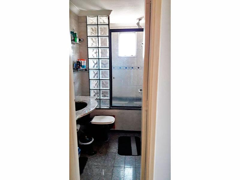 Jabaquara, Apartamento Padrão-Banheiro social com piso de cerâmica, teto com moldura de gesso, pia de granito e banheira de hidromassagem.