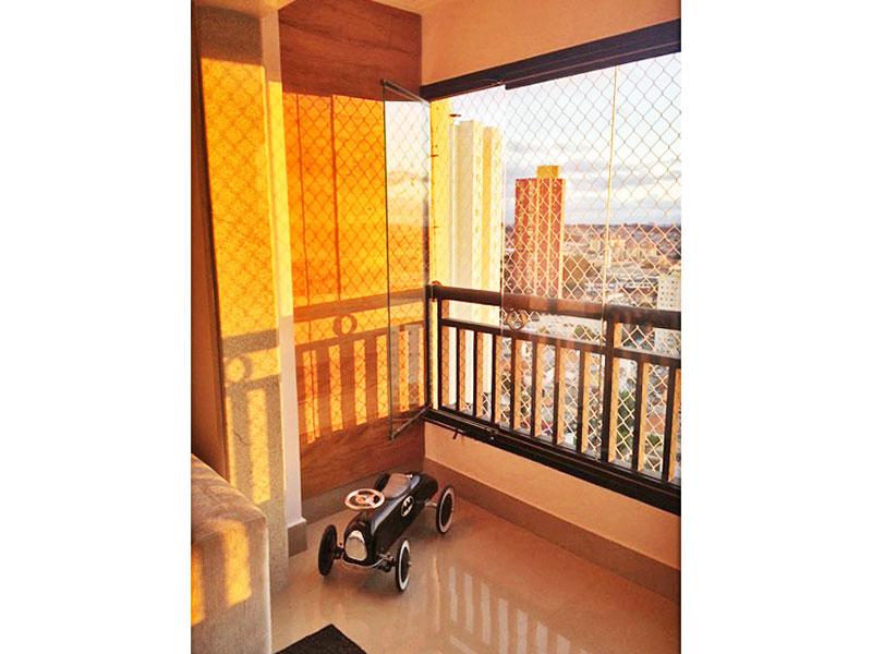 Sacomã, Apartamento Padrão-Varanda com piso de porcelanato e fechamento de vidro.