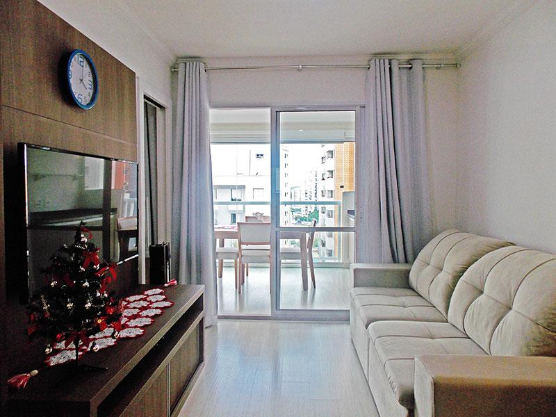 Jabaquara, Apartamento Padrão - Sala com piso de laminado, teto com moldura de gesso, armários planejados e acesso a varanda gourmet.