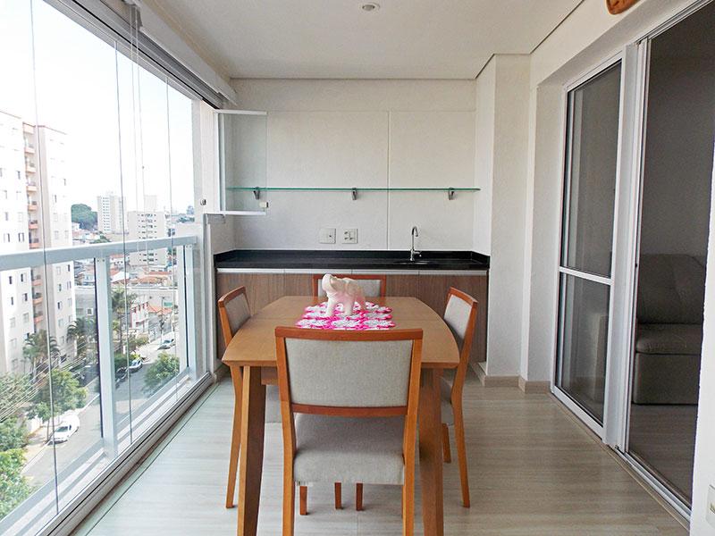 Jabaquara, Apartamento Padrão-Varanda Gourmet com piso de laminado, teto com sanca, armários planejados, gabinete, pia de granito e fechamento de vidro.