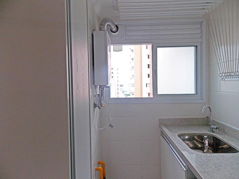Jabaquara, Apartamento Padrão-Área de serviço com piso de cerâmica, gabinete, pia de granito e aquecedor de passagem.