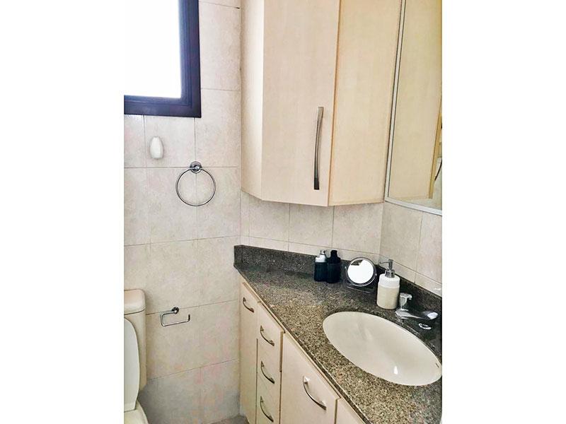 Ipiranga, Apartamento Padrão-Banheiro social com piso de cerâmica, gabinete e pia de granito.
