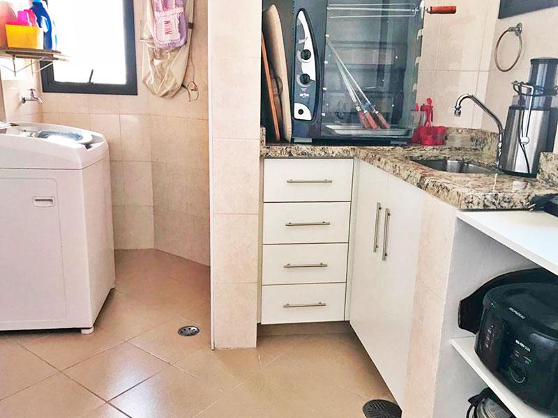 Ipiranga, Apartamento Padrão-Área de serviço ampliada com a dependência de empregada, com piso de cerâmica, teto com moldura de gesso, armários embutidos, gabinete e pia de granito.