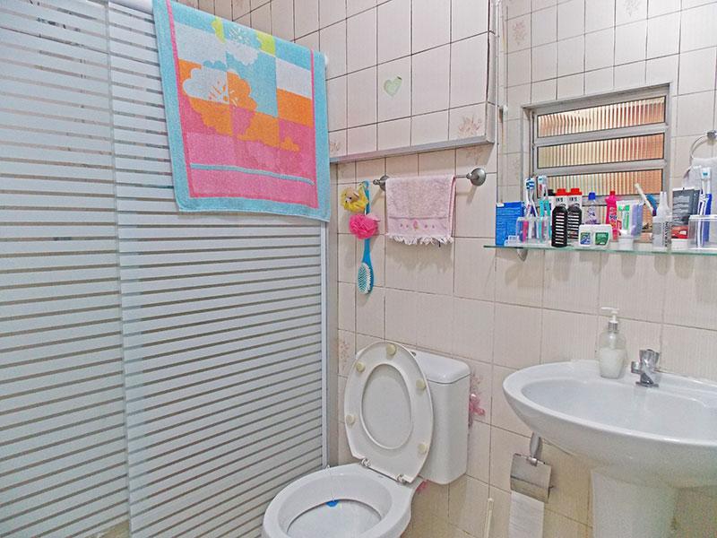 Ipiranga, Apartamento Padrão-Banheiro social com piso de cerâmica, teto com moldura de gesso e pia de porcelana.