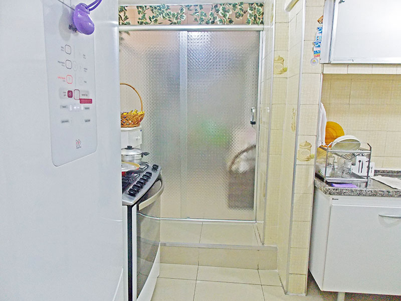Ipiranga, Apartamento Padrão-Cozinha com piso de porcelanato, teto com moldura de gesso, armários planejados, gabinete, pia de granito e acesso a área de serviço.